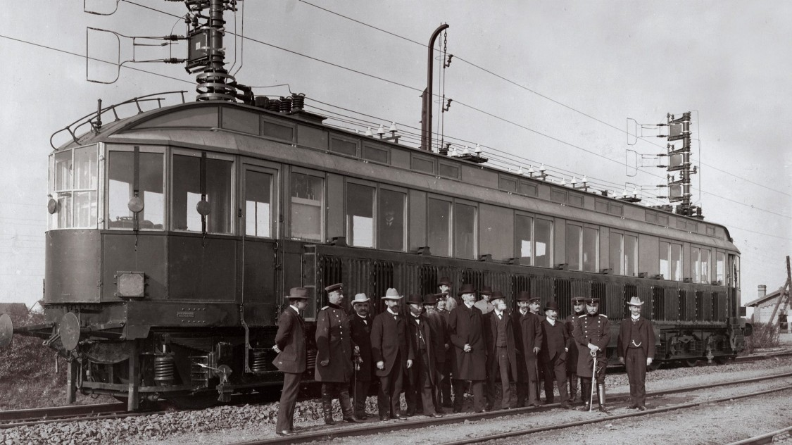 Представители «Общества для изучения вопроса об электрических скоростных железных дорогах» у скоростного локомотива «Сименс», 1903 год