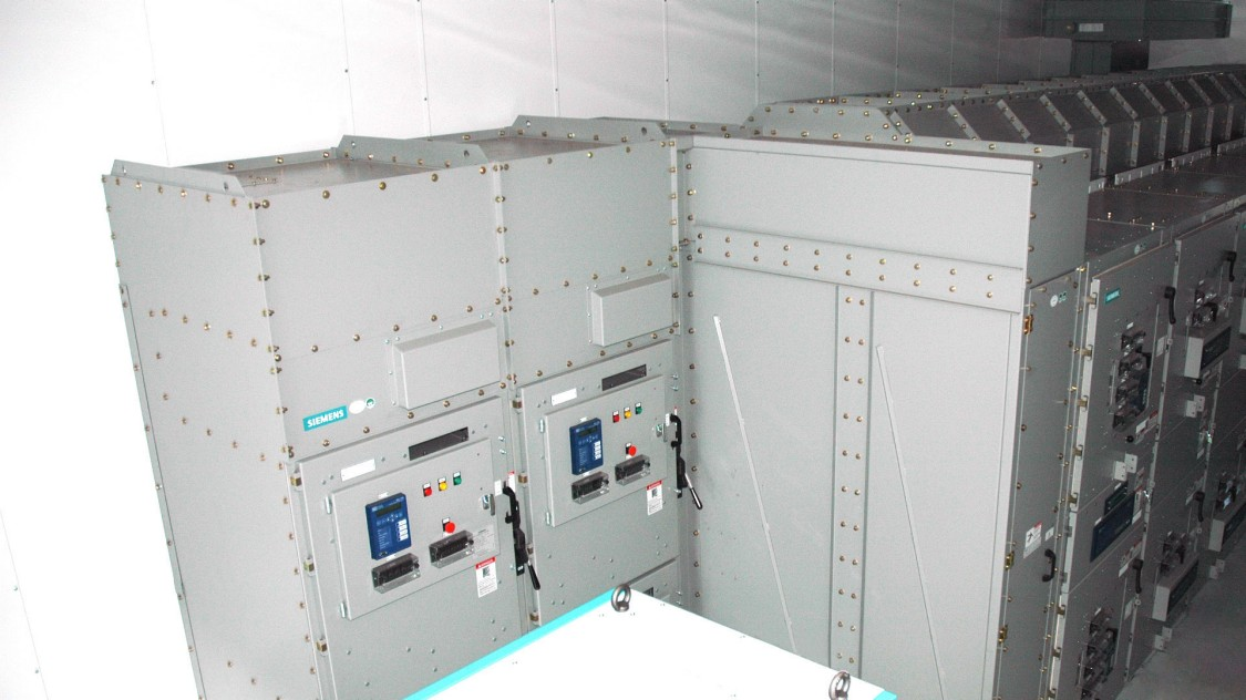 Integrated pressure relief channel from SIMOVAC-AR arc-resistant medium-voltage motor controller to GM-SG-AR arc-resistant medium-voltage switchgear including transition section