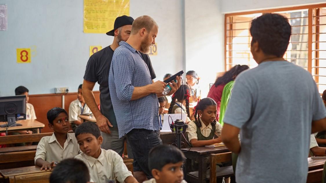 In der Kisan Nagar Schule in Mumbai bauen wir unser Equipment auf, bevor gleich die Szene im Unterrichtsraum gedreht wird.