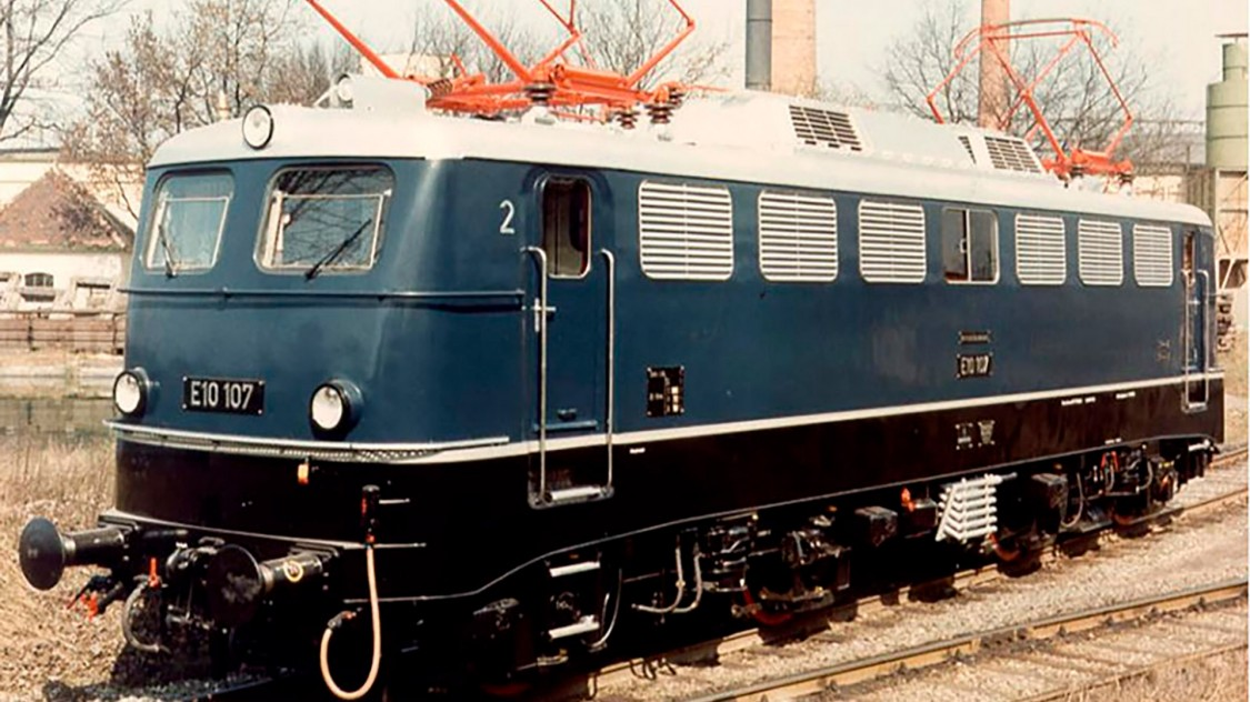 A produção em série começa após a construção de cinco locomotivas da série piloto baseadas em um projeto da Siemens para a parte elétrica e da Krauss-Maffei para a parte mecânica. Entrega das primeiras locomotivas é em 1957. A E10 é o primeiro modelo da família das locomotivas padrão da Deutsche Bundesbahn. A última locomotiva da família de locomotivas padrão baseada na E10 é entregue em 1984.