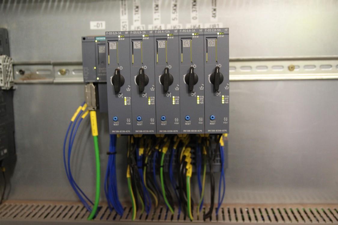 Elektroniska Sirius ET 200SP-motorstartare sitter direkt på bakplanet på ET 200SP-noden och sparar tråddragning via I/O. Kommunikationen sker via Profinet och ger diagnostikmöjligheter.