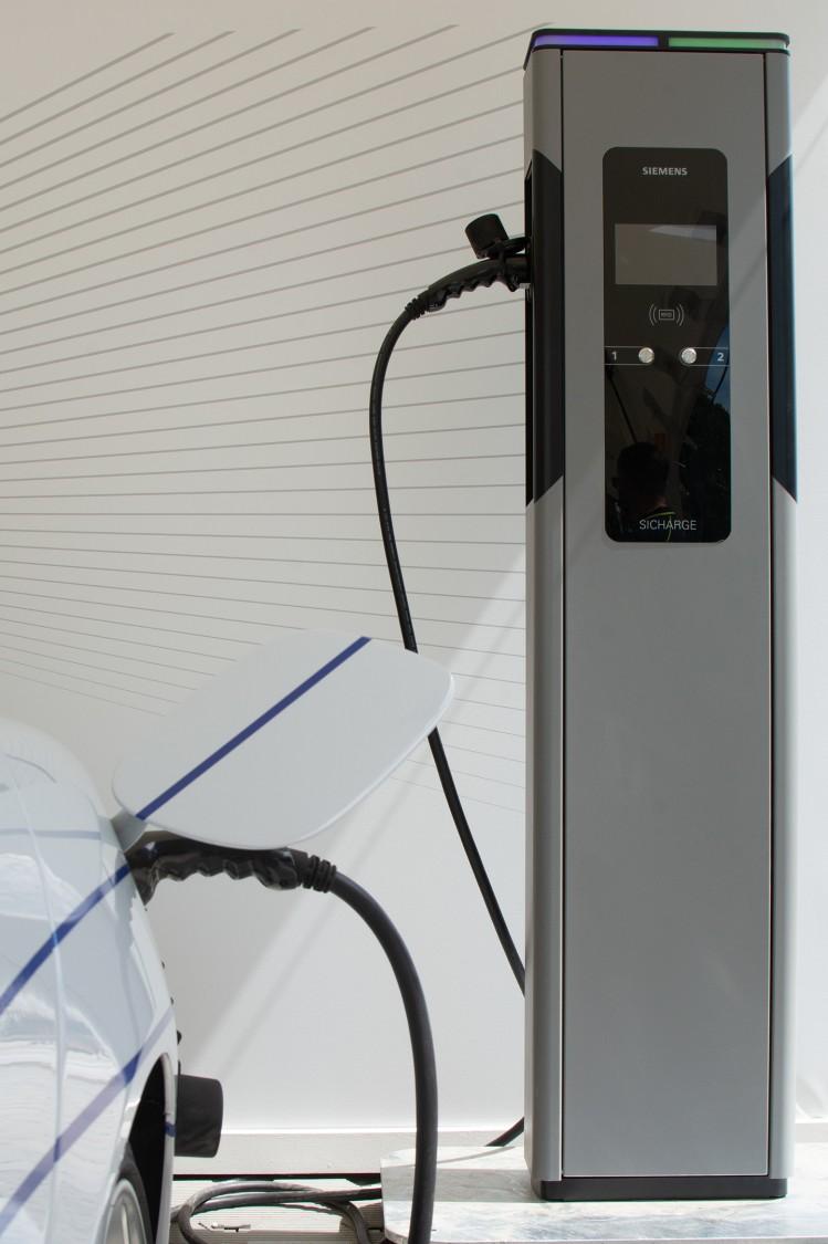 Siemens zapewnia w swoich stacjach ładowania SICHARGE  ochronę przed przypadkowym otwarciem gniazda ładowania