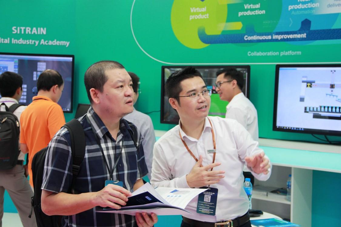 Chuyên gia Siemens giới thiệu các công nghệ mới tới người tham quan