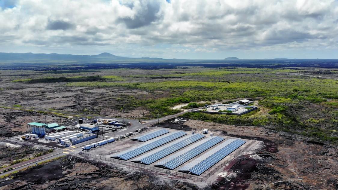vista área da usina híbrida de geração de energia renovável e limpa na Ilha Isabela em Galápagos