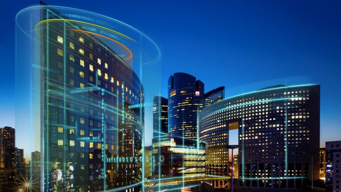 Nachtskyline mit digitalem Layer, der die Digitalisierung von Gebäuden mit Menschen, Technik und Dienstleistungen zeigt.