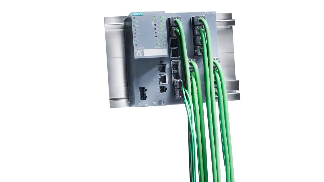 ケーブルが取り付けられたSCALANCE XM416-4Cスイッチの画像