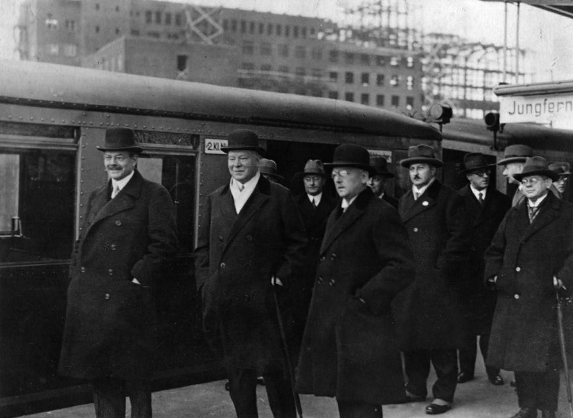 In a good mood inaugurating the route – Carl Friedrich von Siemens (left), Julius Dorpmüller (center), Hans Hertlein (right)