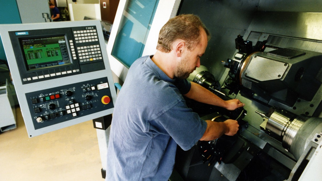 In the early 1990s, Siemens developed the SINUMERIK 840C modular machine tool control that enabled customers to custom-combine hardware and software components, 1993