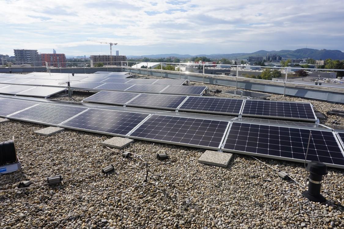 A 312 kW csúcsteljesítményű, összesen 1600 m2 felületű napelemes rendszer egy része.