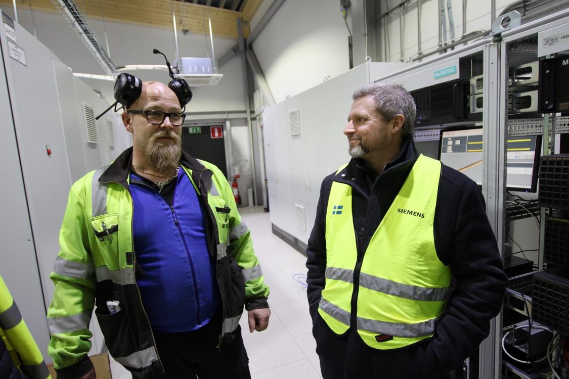 Dennis Löfström, underhållschef el på Sävar Såg, och Ralf Folke, produktchef för Simatic S7-1500, S7-300, soft-plc, paneler och Sitop på Siemens.