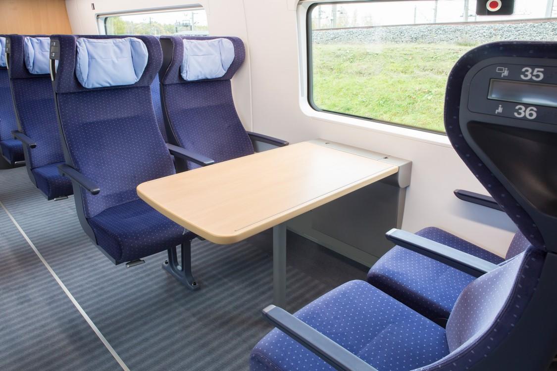 Der Innenraum eines ICE 4 von Siemens Mobility zeigt, wie das Siemens Mobility-Angebot für Passenger Experience Bahnreisen zu einem ganz neuen Erlebnis macht