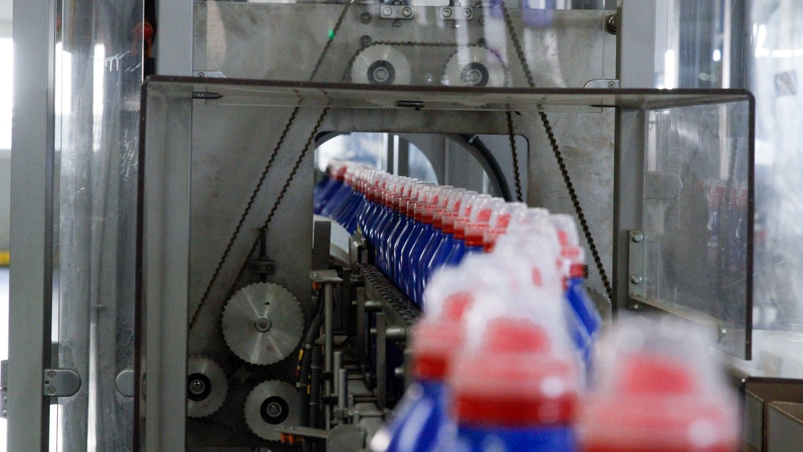 Up to 300 filled bottles per minute pass through this production line at the Spanish Henkel plant