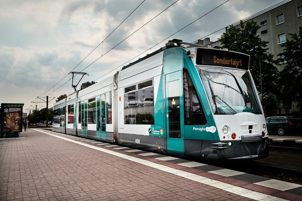 Das Bild zeigt die erste autonom fahrende Straßenbahn der Welt.