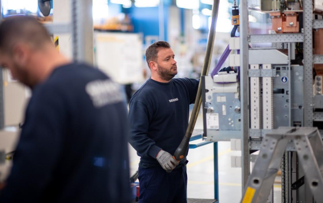 Instalações e colaboradores da fábrica de quadros elétricos da Siemens em Corroios.
