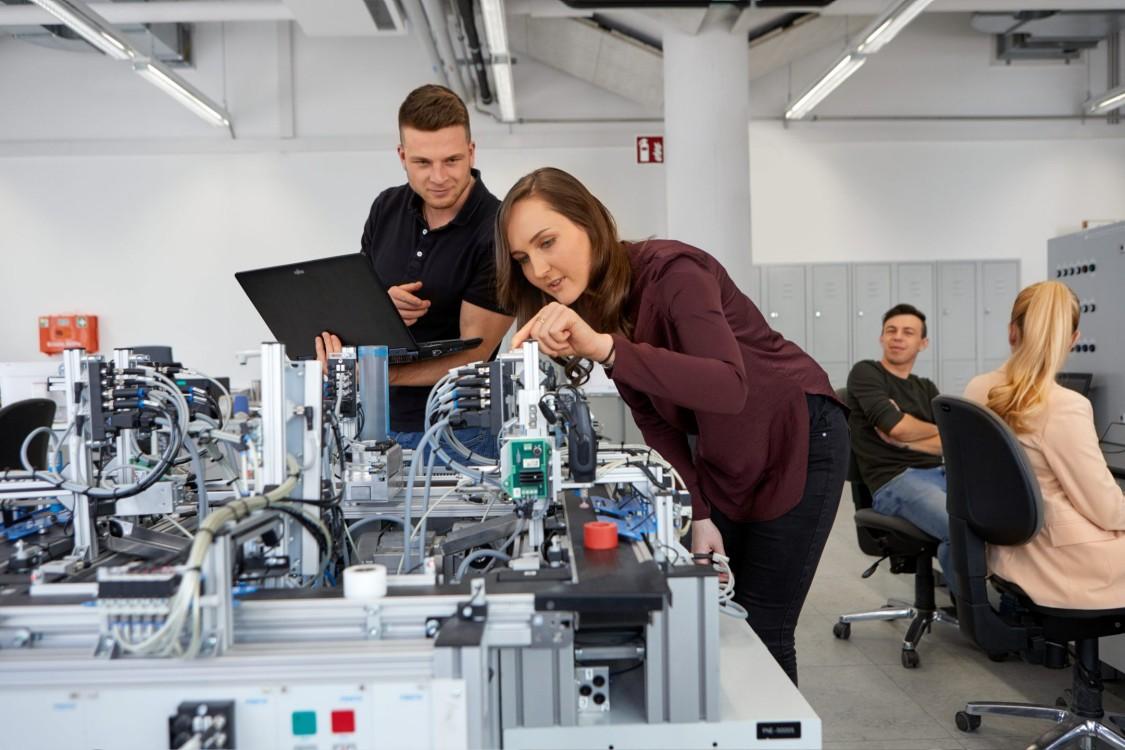 Auszubildende arbeiten gemeinsam an elektrischen Schaltungen