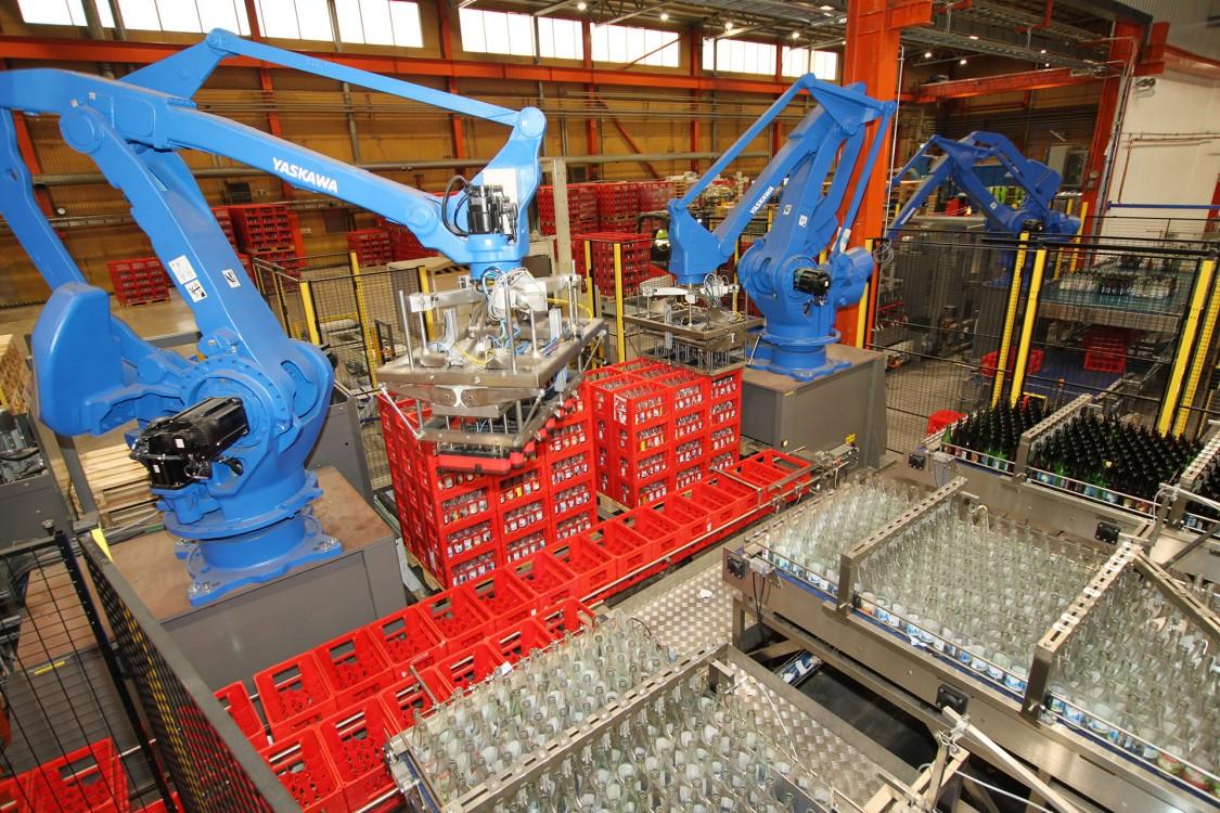 Allt returgods till Spendrups kommer nu till den nya returglassorteringsanläggningen: osorterat in, sorterat ut. Robotpalleteringen, som har byggts av Kopparbergs Robot-Teknik, har I/O i varje robot för signalutbytet och I/O i panelen.