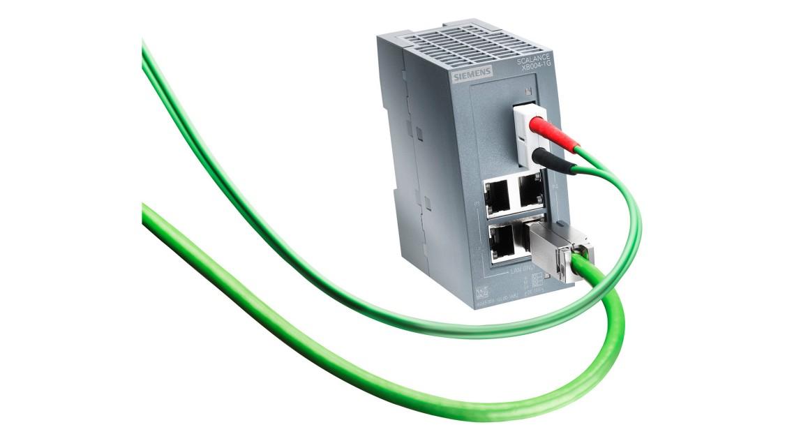 電気ケーブルと光ファイバーケーブルが取り付けられたSCALANCE XB004-1スイッチの画像