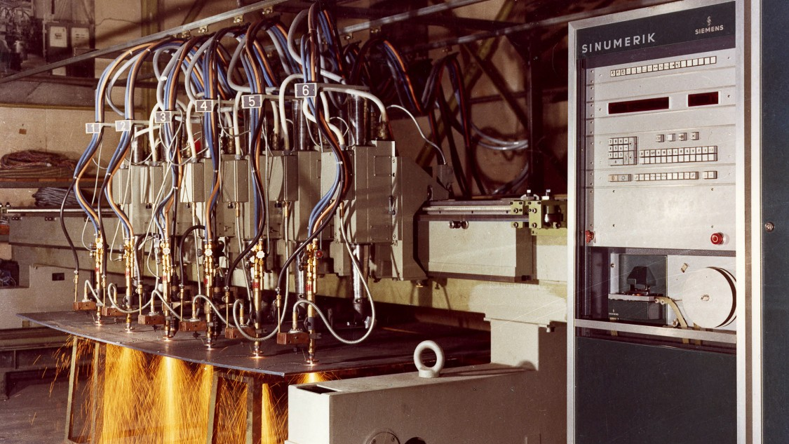 Early in the 1970s, Siemens presented the SINUMERIK 580 CNC track control on a flame-cutting machine, 1973