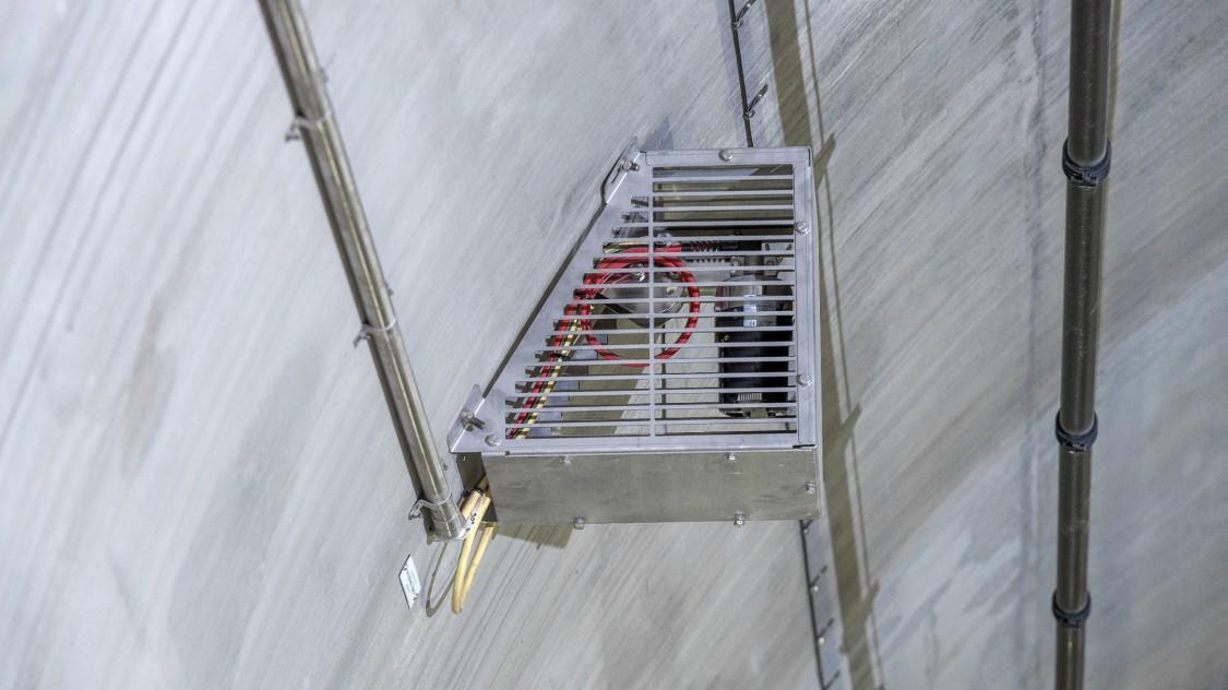 Speziell angefertigte Käfige schützen das Brandschutzsystem