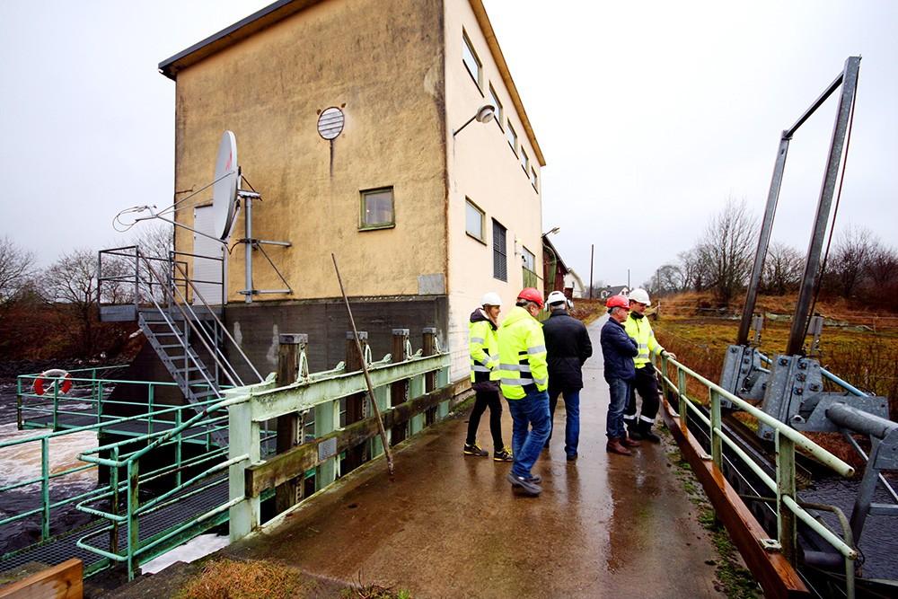 Pumpstationen i Gällared uppfördes 1949. Från Gällaredsbäcken till höger pumpas vatten upp 1,2 meter till Bällforsendammen. En vattenkraftstation sitter i dammens andra ände.