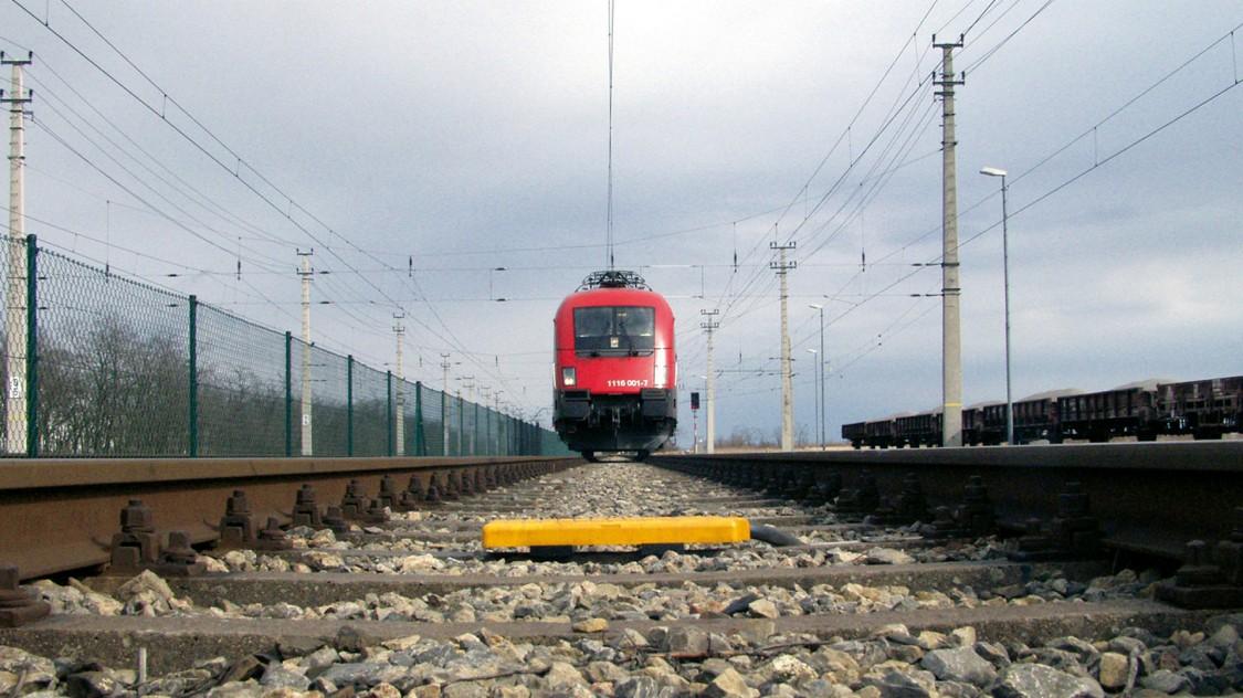 herannahender Zug fährt auf eine Balise zu