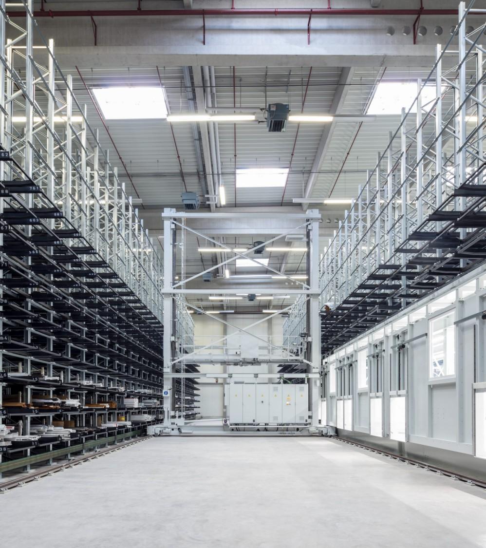 Hochregallager von Erfeba Ingo Kneer GmbH als Beispiel für Shuttles für Regalbediengeräte