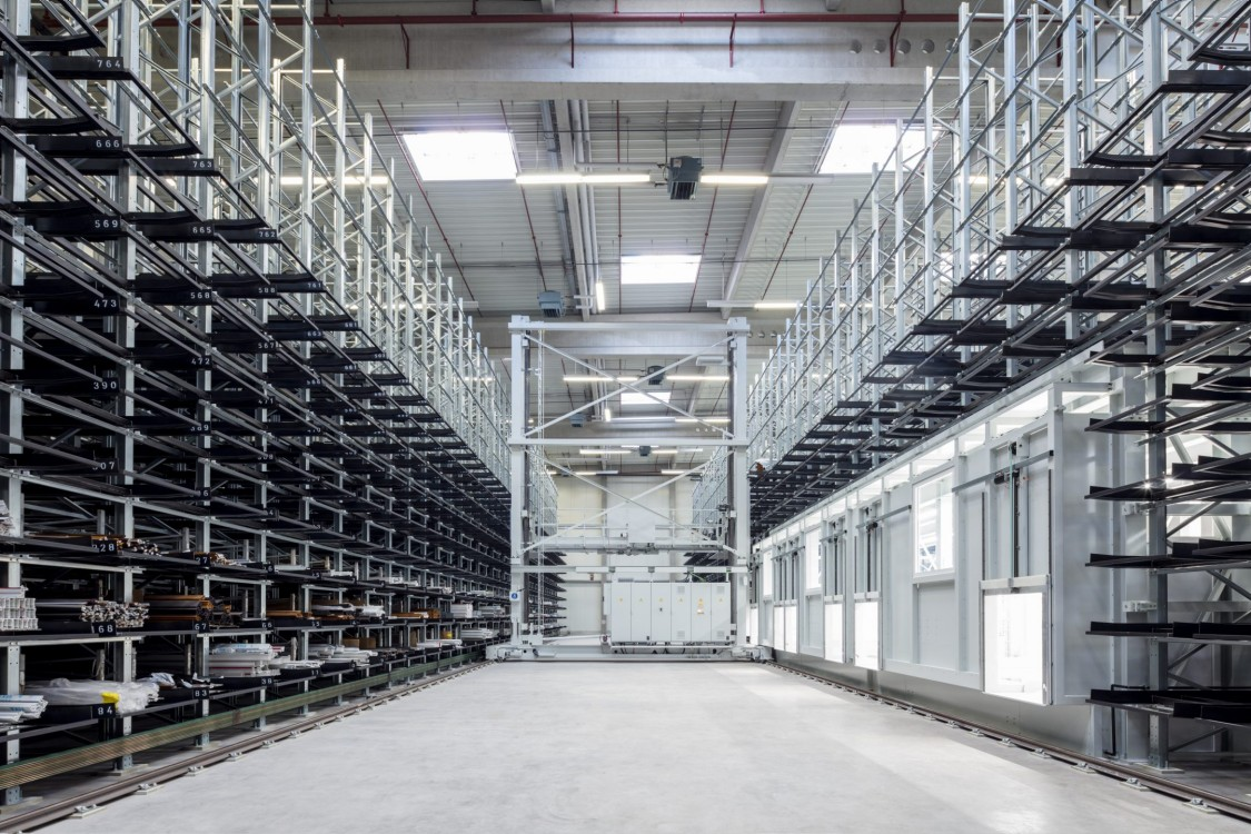 High-bay warehouse of Erfeba Ingo Kneer GmbH as example for shuttles for storage and retrieval systems