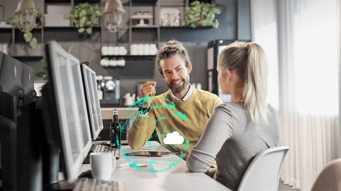 Zwei Personen vor mehreren Monitoren in einer Gesprächssituation; im Vordergrund ein stilisiert-digitaler offener Leistungsschalter 3WA