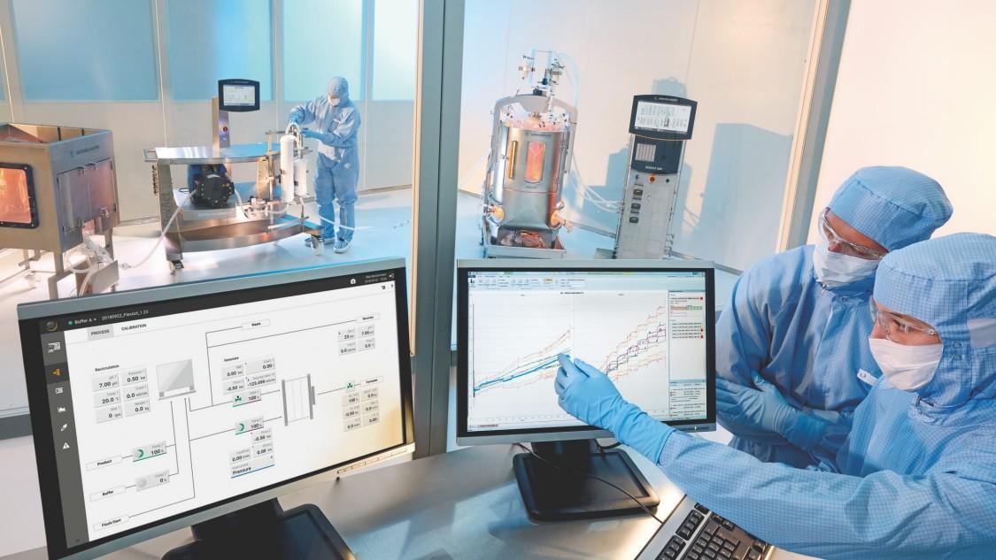 Zu Bio API Prozessen gehören vor- und nachgelagerte Prozesse, in denen Mikroben/Zellen in Bioreaktoren kultiviert und dann geerntet und die Wirkstoffe gewonnen und aufgereinigt werden.