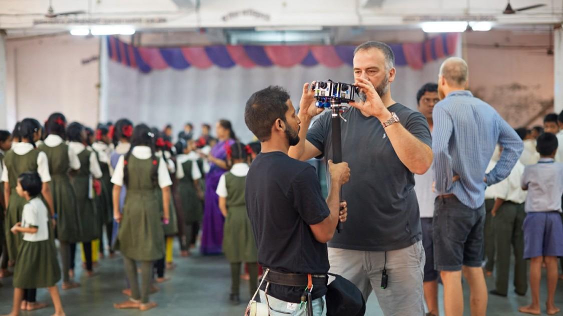 Mark, unser Kameramann, ist zu groß, um die 360°-Kamera für diese Szene zu führen. Er muss die Kamera an seinen Kollegen übergeben.