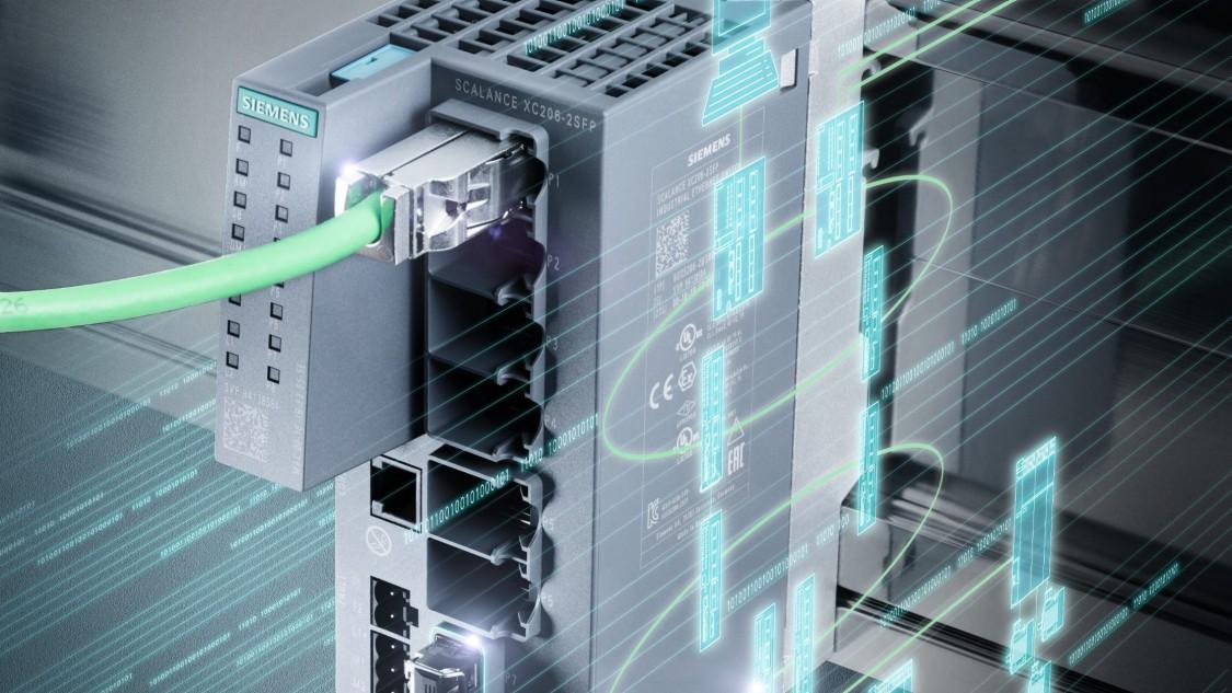 ケーブルが取り付けられてレールに設置されたSCALANCE X-200スイッチにデジタル要素が重ねられた画像