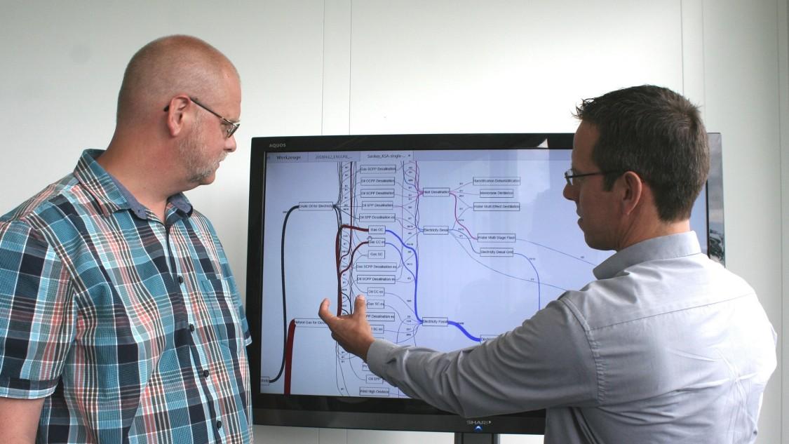 : Michael Metzger (li.) und Hans Jörg Heger diskutieren ein Energiefluss-Diagramm