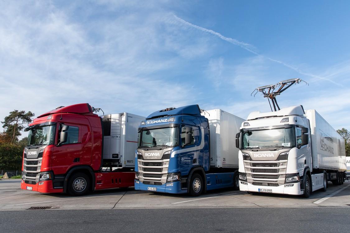 På E16 nord for Stockholm viser Siemens Mobility og Scania, der producerer lastbiler, hvordan man kan reducere emissionerne fra tung transport ved elektrificering.