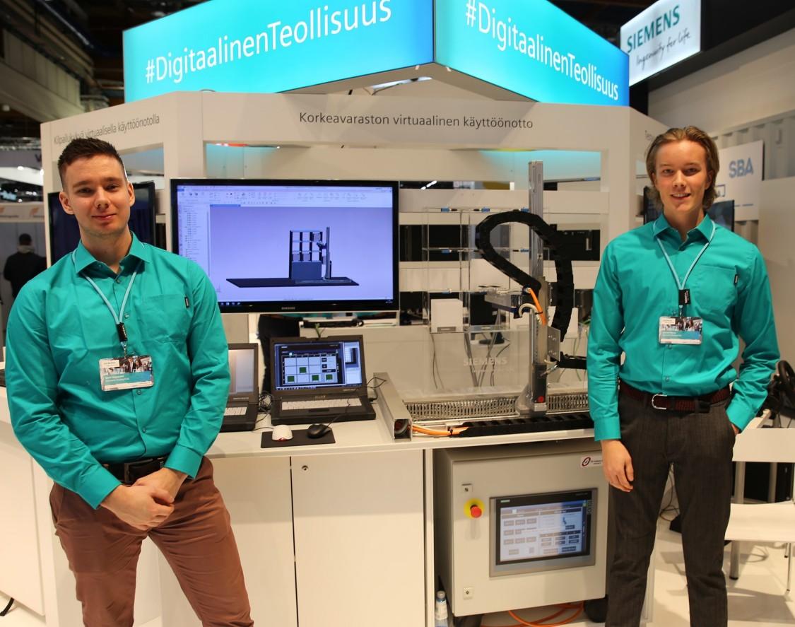Sami Vapalahti ja Joonas Heino esittelivät opinnäytetyötään Siemensin messuosastolla Teknologia'19-tapahtumassa 5.-7. marraskuuta. He valmistuvat automaatiotekniikan insinööreiksi tammikuussa 2020.