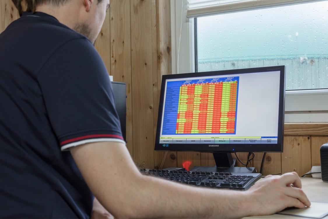 Mann vor Monitor mit Visualisierungslösung von SDS tec