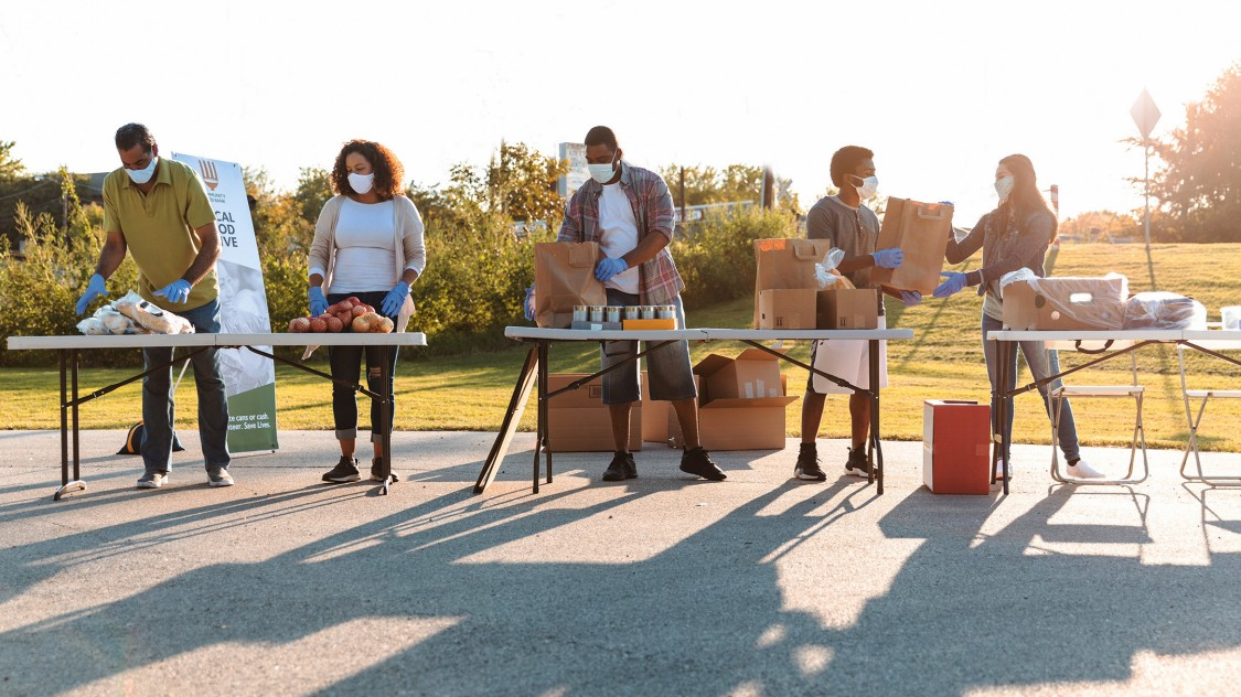 Siemens volunteers help feed America in a food line