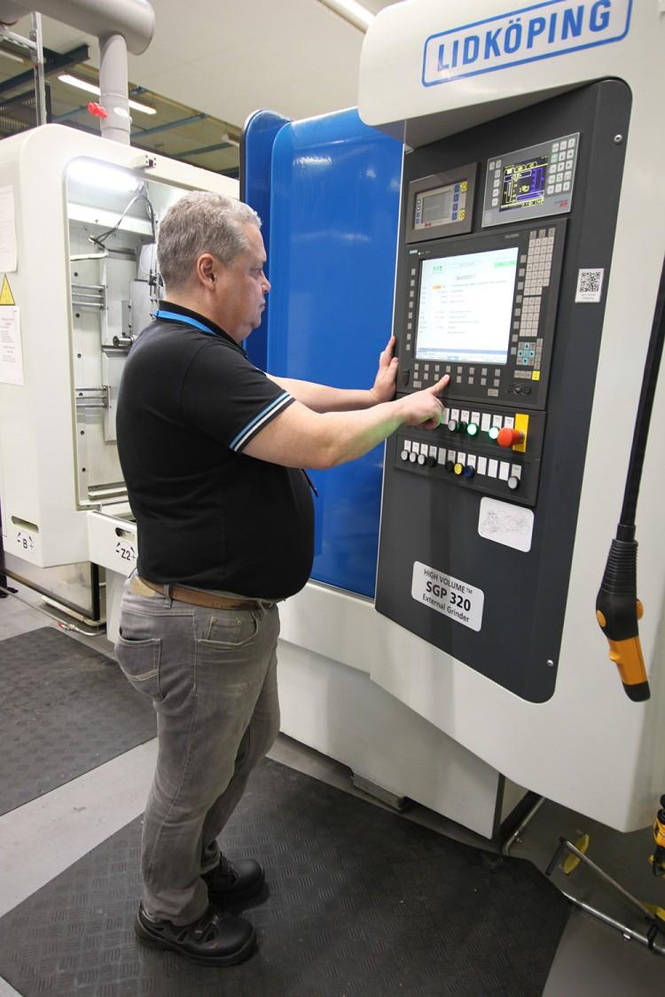 Det högpresterande CNC-styrsystemet Sinumerik 840D solution line är standard på alla bearbetande maskiner, här en planslip.