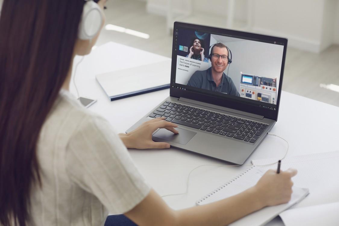 Teilnehmerin eiens Online Kurses kommuniziert mit dem Online Trainer