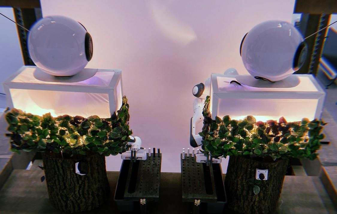 Das Herzstück der Ausstellung bildet eine von Menschen kollektiv gesteuerte Maschine.