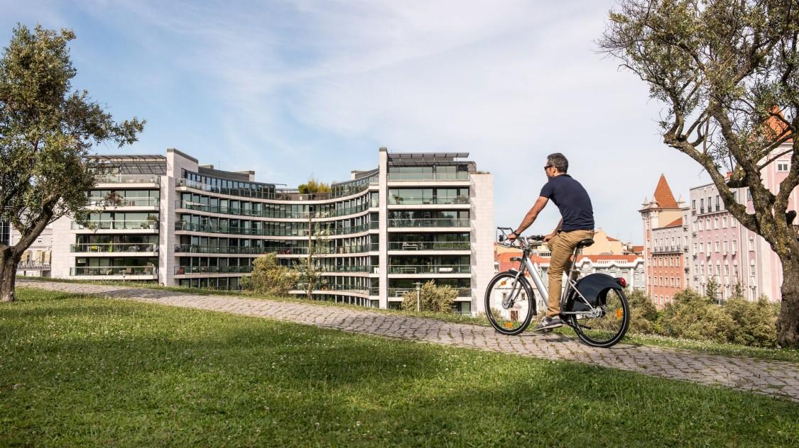 Ein Mann auf einem E-Bike steht stellvertretend für die Vorteile von Mobility as a Service bei End-to-End-Reisen