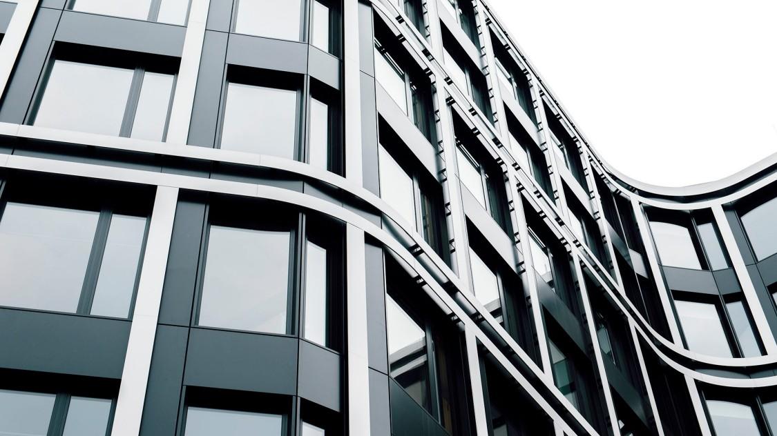 Blick auf moderne Gebäudefassade des DB Schenker Hauptsitzes in Essen, Deutschland