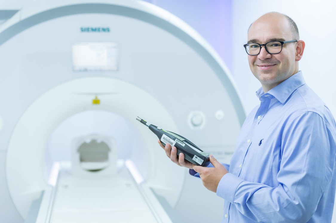 David Grodzki in front of a MRI with noise mesaurement sensor