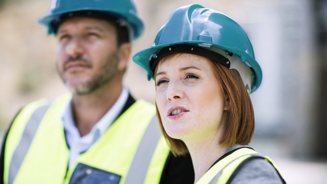 2 project managers at a construction site