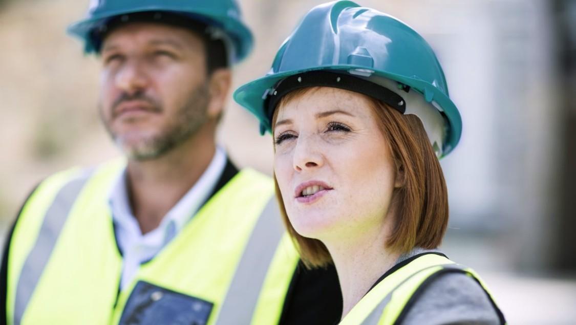 Zwei Projektmanager auf einer Baustelle