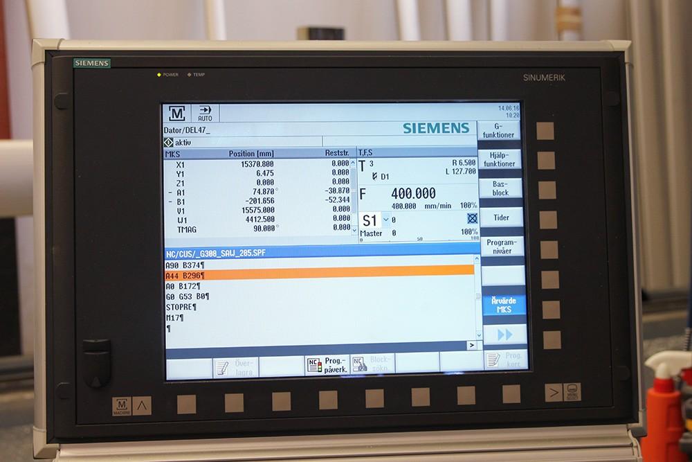 CNC-operatören får ritning från cadprogrammet, matar ut den i textfilsprogram, justerar NC-programmeringen, postar till maskinen – och kör.