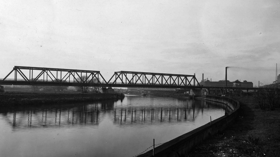 Lower Spree Bridge: Here the Siemensbahn crossed the Spree a second time before going towards Wernerwerk station along the viaduct at the right.