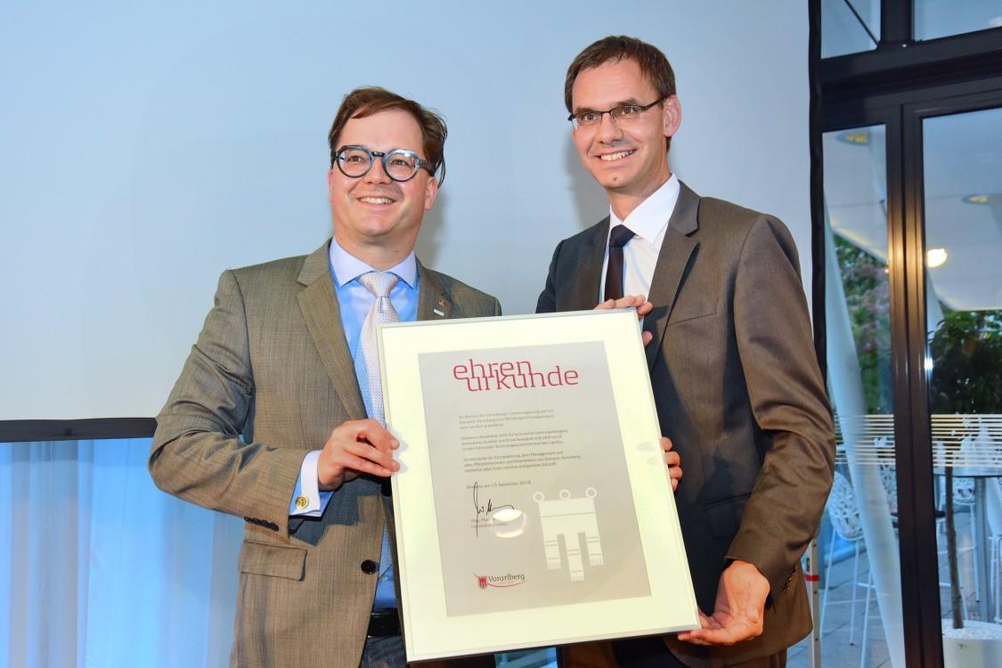 90 Jahre Siemens in Vorarlberg - Übergabe der Ehrenurkunde durch den Vorarlberger Landeshauptmann Mag. Markus Wallner an Siemens Bregenz Niederlassungsleiter Paulus Vegeiner