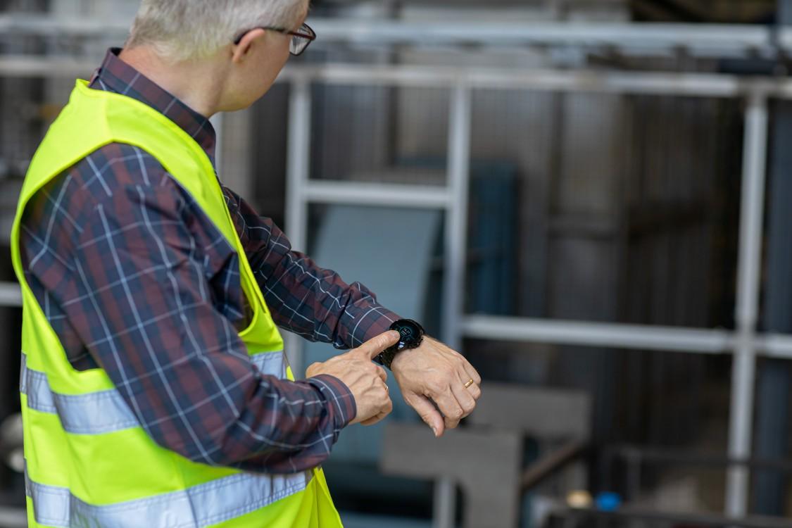 Jens Vallentin Hansen kigger på sit smart watch.