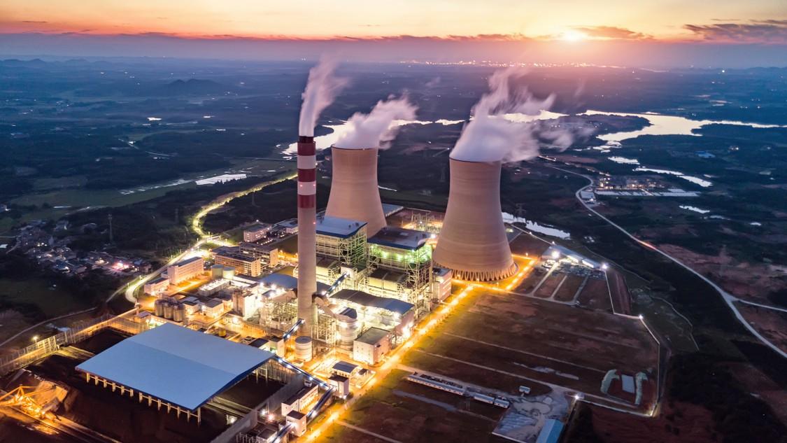 Ein Wärmekraftwerk mit stilisierten Kommunikationsverbindungen