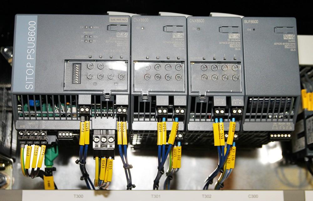 """Digital Metal ville ha en modern, kompakt, stabil och pålitlig strömförsörjning. Valet föll på Sitop PSU8600, med vars Ethernetport man kan övervaka strömförsörjningen i realtid. Både diagnostik och strömförbrukning kan fås ut på respektive kanaler. """"Vi ville också försäkra oss om att strömförsörjningen skulle fungera även om det blev störningar på nätet. Vi kompletterade Sitop PSU8600 med en buffertmodul, BUF8600, som tar hand om de små nätstörningarna som kan uppstå"""", säger Patrik Zettervall på Elbe Automatic som bygger apparatskåpen."""